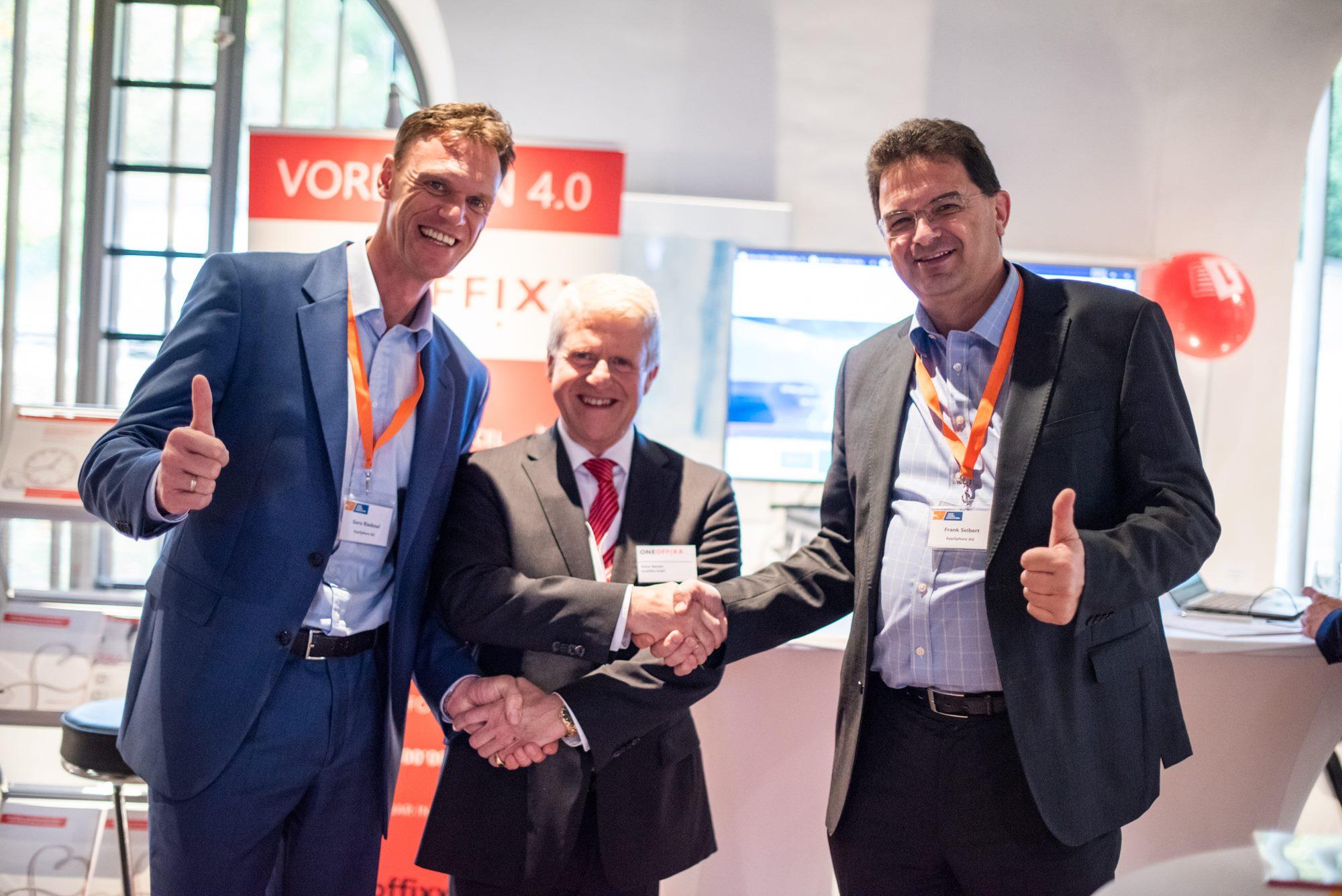 OneOffixx-Geschäftsführer Elmar Barzen besiegelt die Partnerschaft mit der AppSphere AG.