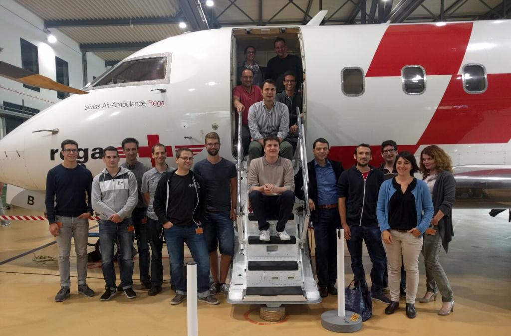 Bild OneOffixx Teamfoto bei Rega vor Challenger Ambulanzjet im Hangar