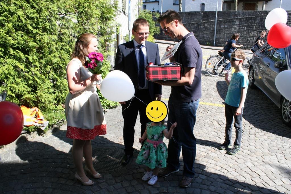 Bild: CTO Ralph Kirchner übergibt dem Brautpaar das Hochzeitsgeschenk
